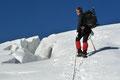 Über einen anfänglich steileren und spaltenreichen Gletscherbuckel …