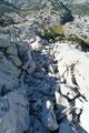 """… den engen Steingassen zwischen Karren und Latschen über Felsrippen, vorbei an den """"Zageln"""" zurück in die Mulde talwärts führte, wo der Steig wiederum in den Ausseer Weg Nr. 201 einmündete."""