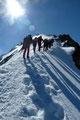 … sich rasch zu einem leicht exponierten und etwas luftigen Firngrat wandelte und die letzten Meter zum 3599m hohen Gipfeldach des Similauns leitete.