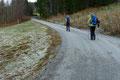 … erreichten die darüber liegende Asphaltstraße. Gemächlich folgten Gabi, Angela, Margit & ich dieser bergan.