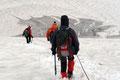 In der Schneewinkelscharte wurden die beiden Seilschaften wiederum vereint. Nun folgten wir den bereits ausgetretenen Aufstiegsspuren zurück in den Schneewinkel und …