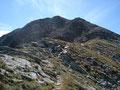 Zuerst über einen schmalen Grat und in weiterer Folge über loses Blockwerk führte mich der Steig bergan. Von hier konnte ich auch schon den ersten Blick auf das Gipfelkreuz des Gr. Griesstein erhaschen.