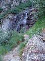 Eine Kehre nach der Anderen wanderte ich auf der kühlen Schattenseite weiter bergwärts.  Kleine Wasserfälle abseits des Weges luden immer zur kurzen Abkühlung ein.