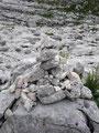 Ob Steinmännchen oder rot-weiß-rote Markierungen, es war hier jederzeit ausreichend und überaus gut markiert und wir stiegen in zahlreichen Schleifen über felsige Stufen bergan.