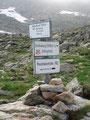 """Nun erreichte ich die nächste wegweisende Beschilderung in mitten des """"Seen-Wirrwarr"""". Über die breite Scharte könnte man hier weiterwandern zum Waldhorn. Aufgrund der akuten Unwettergefahr lies ich diesen Berg leider links liegen und …"""