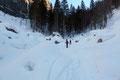 Dieser Geländeabschnitt wirkte wie eine bucklige Winterwelt. Überall kleine weiße Häubchen, an denen sich der Weg liebevoll hindurchschlängelte.