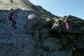 Nach Überwindung einiger kleinen Felsstufen querte der gut markierte AV-Steig weiter in die brüchige Westflanke des Hochgollings hinein und …