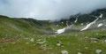 … zu einem Almboden abwärts. Gemächlich wanderte die 4er-Gruppe über die grünen Matten weiter der Tschadinalm entgegen. Kurz vor der Alm befand sich die nächste Weggabelung, an welcher wir rechts abdrehten und ...