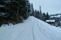 … folgte ich nun der leicht ansteigenden, jedoch schneebedeckten Schotterstraße bergwärts.