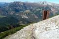 Das Gipfelbuch dieses gut besuchten Gipfels hatte keine einzige Seite, nicht mal das kleinste Fleckerl für einen Eintrag frei!  Kurz und bündig  musste ich mich ohne Verewigung an den Abstieg machen. Zuerst in weiten und steinigen Kehren, dann …