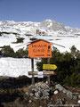 ... denn gleich hinter der Station startete der markierte Winterwanderweg zur Simonyhütte durch meterhohen Schnee.
