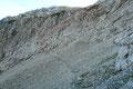 Nachdem man etwa 150m an Höhe verloren hatte, leitete der Steig flach durch das Kargelände zu einem felsdurchsetzten Anstieg hinüber, …