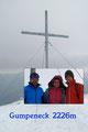 Trotz allem stand einer kurzen gemütlichen Rastpause mit anschließendem Posieren beim Gipfelkreuz nichts im Wege. Mitunter wandelte sich das Schneetreiben eher zu einem Schneesturm und …
