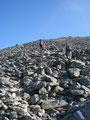 … stieg ich über den mit Felsen und Steinblöcken übersäten südwest ausgerichteten Blockhang …