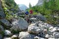 """Durch den sogenannten """"Stiergraben"""" zwischen Tauernwand und den Hohen Rossfeldern führte der ansteilende Wegverlauf anfangs über große Felsblöcke, …"""