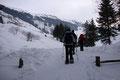 Nach einem weiteren 10-minütigen Anstieg entlang des Forstweges eröffnete sich plötzlich ein freier Blick auf das winterliche Trattenbachtal.