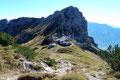 Schon wenige Meter höher, hatte man einen reizvollen Blick zurück zur Hütte mit der darüber thronenden Admonter Warte (1804m) und …
