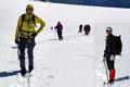 Motiviert steuerten wir nun schnaufend in westliche Richtung auf den nun ansteilenden Hang des Gipfelaufbaus zu.  Bevor wir jedoch die letzten zum Vorgipfel führenden Kehren in Angriff nahmen, legten wir noch eine Pause ein.
