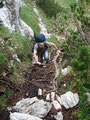 Wir mussten an manchen Stellen schon mal unsere Hände zu Hilfe nehmen um einzelne Passagen meistern zu können. Hier auf dem Bild ist Bergluchs Tom gerade beim Aufstieg zu erkennen.