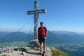Auch dieser Gipfel glänzte mit einem famosen Rundumblick auf das Salzkammergut. Doch zu aller erst posierte ich vorm Gipfelkreuz für eine Aufnahme