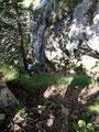 ... erreichten wir einen winzig kleinen Sattel. Hier mussten wir mit Hilfe einer Seilsicherung zuerst einige Meter absteigen ...