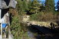 … dann wiederum über urigen Holzbrücken, den Auslauf querend, an das Ostufer des Scheibelsees heran.