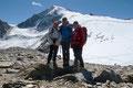 Nach einer guten Stunde erreichten wir den Abseilpunkt am südlichen Ende des Marzellkamms. Stolz posierte unsere 3er-Seilschaft vorm erst kürzlich erstiegenen Gipfeldach mit den darunter liegenden, klein wirkenden Gletscherspalten mit dem Abstiegsweg.