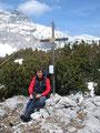 Ein Gipfelfoto auch von meiner Wenigkeit. An der nassen Hose kann man die lustigen Strapazen der letzten Meter noch erkennen. Hier war natürlich wieder alles aper!