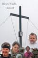 Trotz allem erfreuten wir uns an einem weiteren Gipfel über der magischen Grenze und posierten für ein Erinnerungsbild vorm Gipfelkreuz.