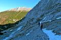 Der Steigverlauf der sonnenarmen Nordseite unterhalb des Hochtors war nur so von pickelharten Altschneefeldern gespickt. Ein jeder Tritt musste sozusagen felsenfest gesetzt werden.