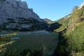 Nachdem die Anhöhe als erstiegen galt, breitete sich ein famoser Ausblick über den von Gipfeln umrahmten Großen Seeboden aus. Einfach genial!!! Ganz hinten in der kleinen Scharte thronte unser erstes Etappenziel, das Admonterhaus (1723m).