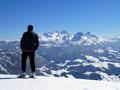Ein eisiges Lüfterl streichelte etwas störend über die weiße Gipfelhaube des Einbergs. Trotz allem genossen wir den beeindruckenden Rundumblick wie hier zum Dachsteinmassiv.