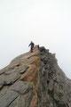 Die anschließenden sandigen Platten, vom Abstieg des NW-Gipfels hinunter in die Scharte der beiden, testeten sozusagen den Gripp der Bergschuhe.
