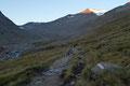 Von der Hütte leitete anfangs der markierte Weg Nr. 16 bequem mit geringer Steigung im Talgrund in Richtung der Similaunhütte (Rifugio Similaun) (3016m).
