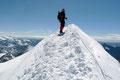 … weswegen wir schnellstens das Weite suchten und beschlossen die Gipfelpause auf eine niedrigere Höhe zu verlegen. Trittsicher und standfest entlang des Firngrates zurück und anschließend ging es …
