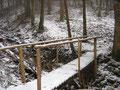 ... querte wenig später das Bachbett über eine kleine Brücke ...