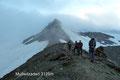 Alles präsentierte sich  im diffusen morgendlichen Nebel.  Was würde der Tag für uns wohl noch bereithalten?  Die 14-köpfige Gruppe marschierte über die Seitenmoräne zwischen Inneres und Außeres  Mullwitzkees  zum Anseilpunkt unserer  Gletschertour.