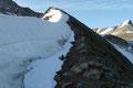 Stattdessen wandert man im Spätsommer über den bekannten Kaindlgrat meistens eher auf der rechten Seite  der meterhohen Firnschneide über aperes Blockgestein entlang. So auch ich, wie viele andere Alpinisten an diesem Tage.