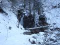 Nach kurzer Zeit auf der Forststraße zweigten wir vom Weg Nr. 430 Richtung Weg Nr. 424 Gassel Tropfsteinhöhle ab. Der Steig wurde jetzt schmaler und der Schnee wurde Meter für Meter bergauf immer mehr. Wir mussten auch hier immer wieder kleine Brücken ...