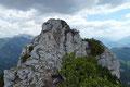 Also nichts wie hin!!! Meine Gipfelgier erhöhte kurzerhand meine Schrittfolge und somit konnte die Felskanzel mit dem Kreuz rasch erreicht werden. Der Name des Gipfels blieb jedoch Ungewissheit.