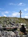 Unweit des Gipfelkreuzes schlugen wir unser Lager auf und verzehrten genüsslich unsere mitgebrachte Mahlzeit. Die Dohlen waren natürlich auch sofort zur Stelle und naschten mit.