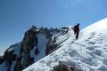 """Normalerweise ertönte immer das Wort: """"GESICHERT"""". Jedoch am überwächteten Gipfelgrat war es anders! Ich meldete: """"SEIL AUS"""". Es fehlten ungefähr 10m.  Ich löste die Sicherung und wir stiegen konzentriert und trittsicher zum …"""