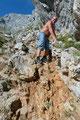… steil über die schuttreiche Südflanke talwärts ging. Links, knapp entlang der Wand ist meines Erachtens die beste Variante des Abstiegs durch die Schutthalde.