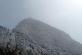 Plötzlich lichteten sich die Nebelschwaden und gaben einen ersten Blick auf das Kreuz des Xeis-Gipfels frei.  Jetzt war es Gewissheit! Nur noch eine Steilstufe und es war geschafft.