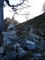Den steinigen Steig weiter, vorbei an Steinmännchen, folgend …