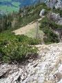 …  ging es wieder über die einzelnen Felsstufen hinab. Unter mir konnte ich einen Hubschrauberlandeplatz der Bergrettung erkennen. Diesen hatte ich beim Aufstieg komplett übersehen.