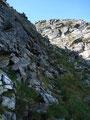 Über zum Teil sehr loses Schiefergestein kämpfte ich mich den steilen felsigen Steig bergwärts. Die Tourenstöcke waren hier eher hinderlich als hilfreich!