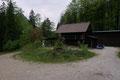 … vorbei an einer Jagdhütte …