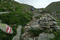 … an unübersehbaren,  richtungsweisenden Steinmandeln zur 2963m hoch gelegenen Hütte höher.