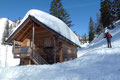 … zu der westlich unterhalb dem Altarkögerl gelegenen Jagdhütte weiter ging. Im Eilzugstempo wurde sie sozusagen links liegen gelassen und unser 6-köpfiges Schneeschuhteam verfolgte die fortlaufende Rinne bergwärts.
